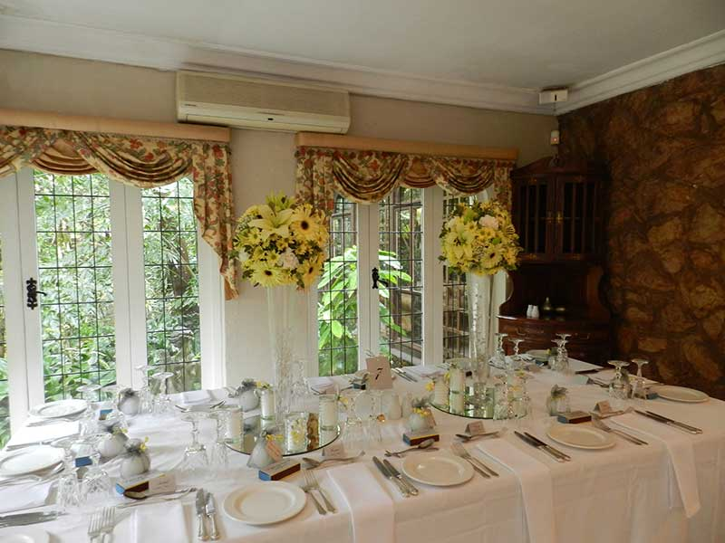 Guest table – flowers on cylinders